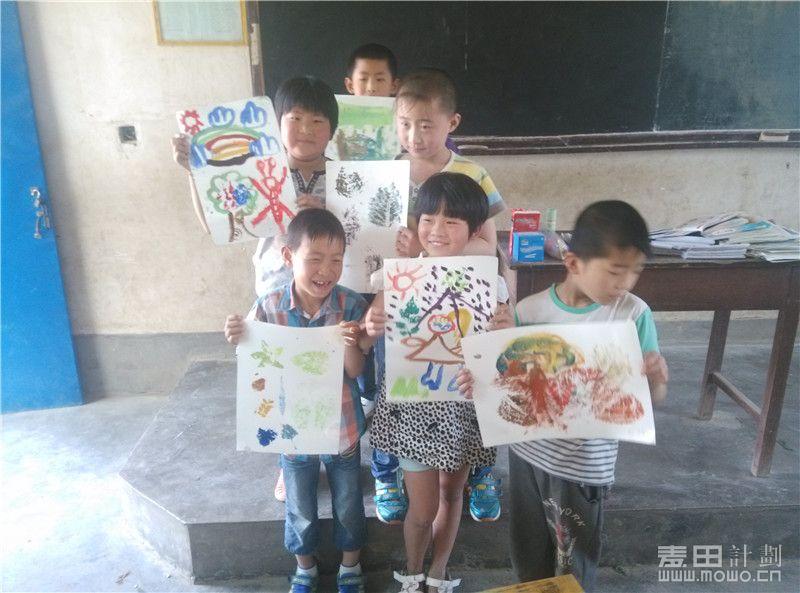 孩子们拿着自己的作品都好高兴!