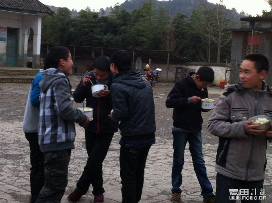 2012年12月暖冬孩子们的午餐.jpg