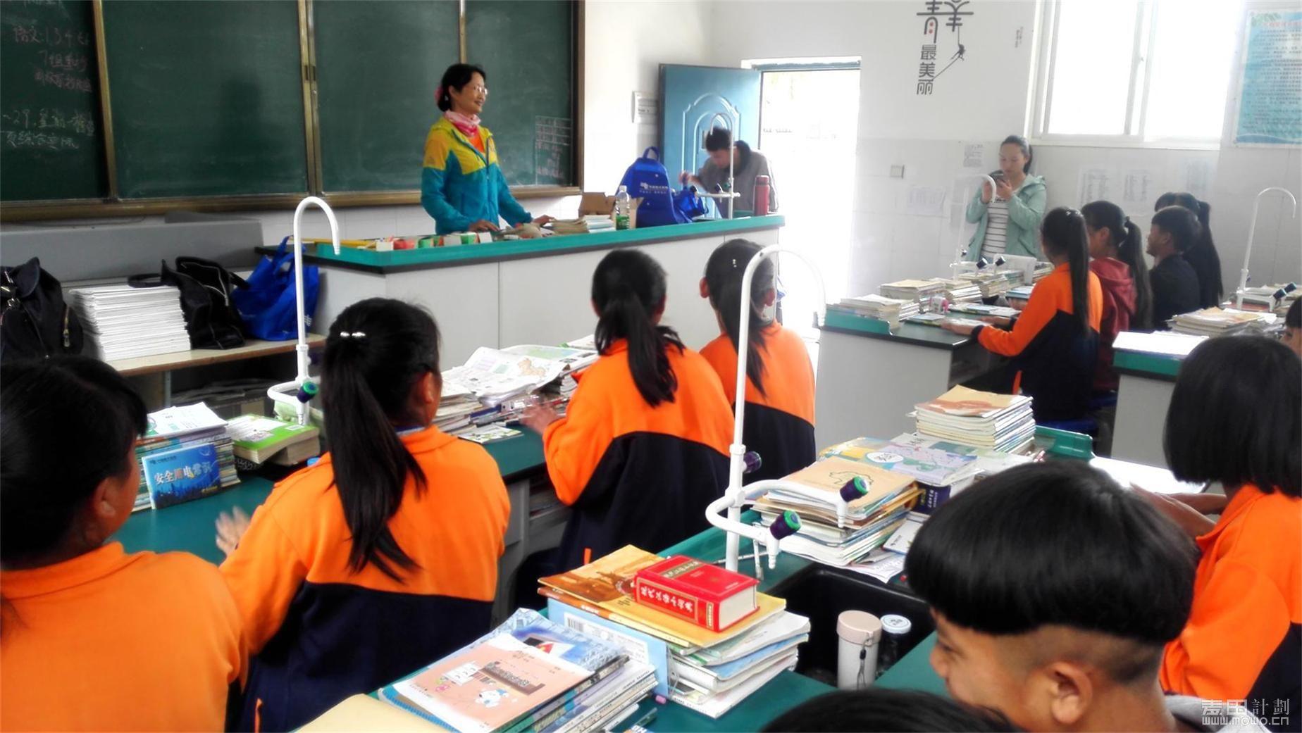 志愿者给同学们讲课