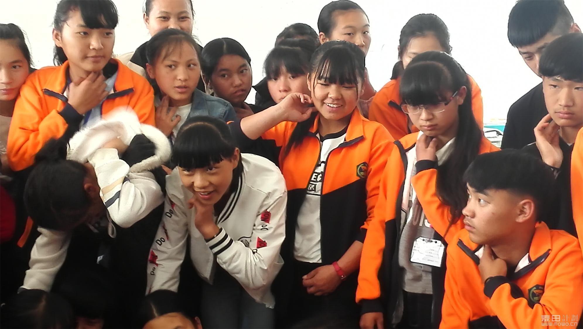 同学们认真观看志愿者的示范讲解