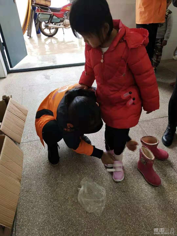 试试鞋子的尺码,孩子们的笑脸可以治愈我们身体上的一切寒冷,此刻的你们是我们想要保护的小天使。 ... ... ...