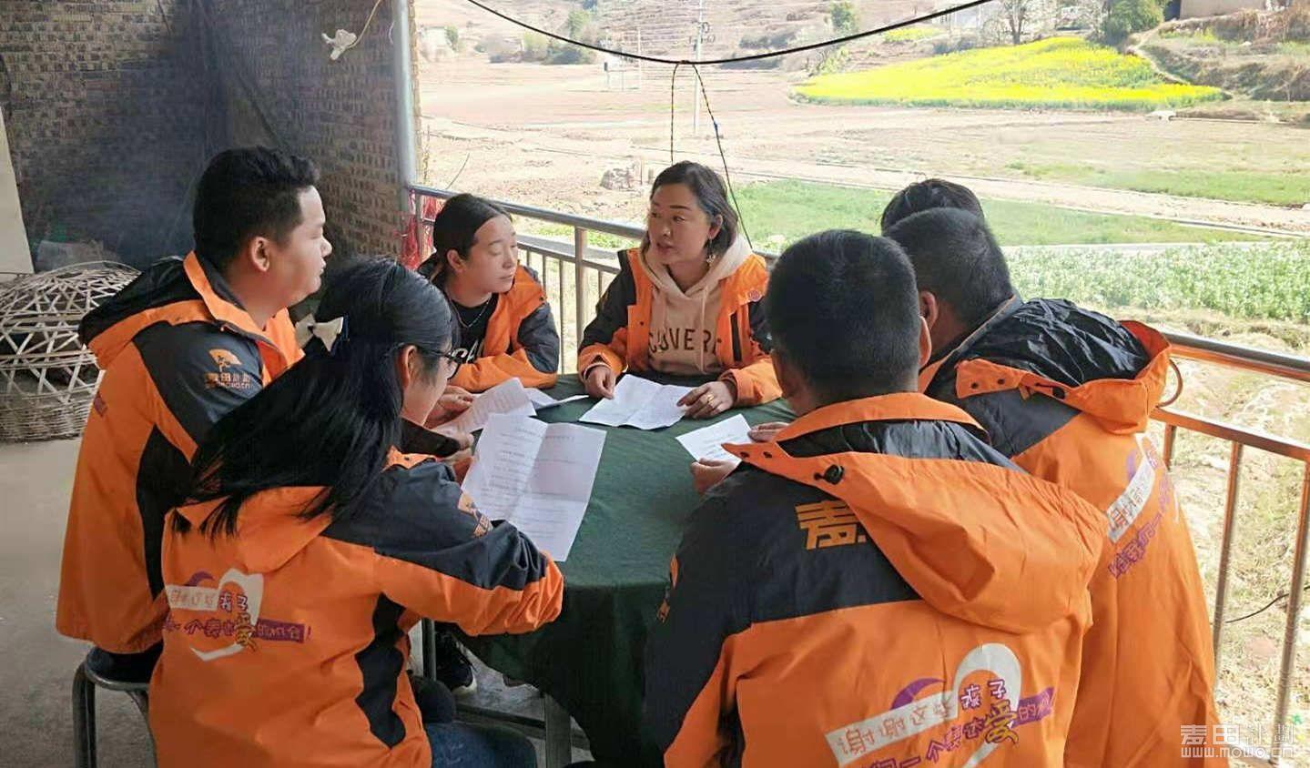 志愿者们讨论如何开展麦苗班第二课堂