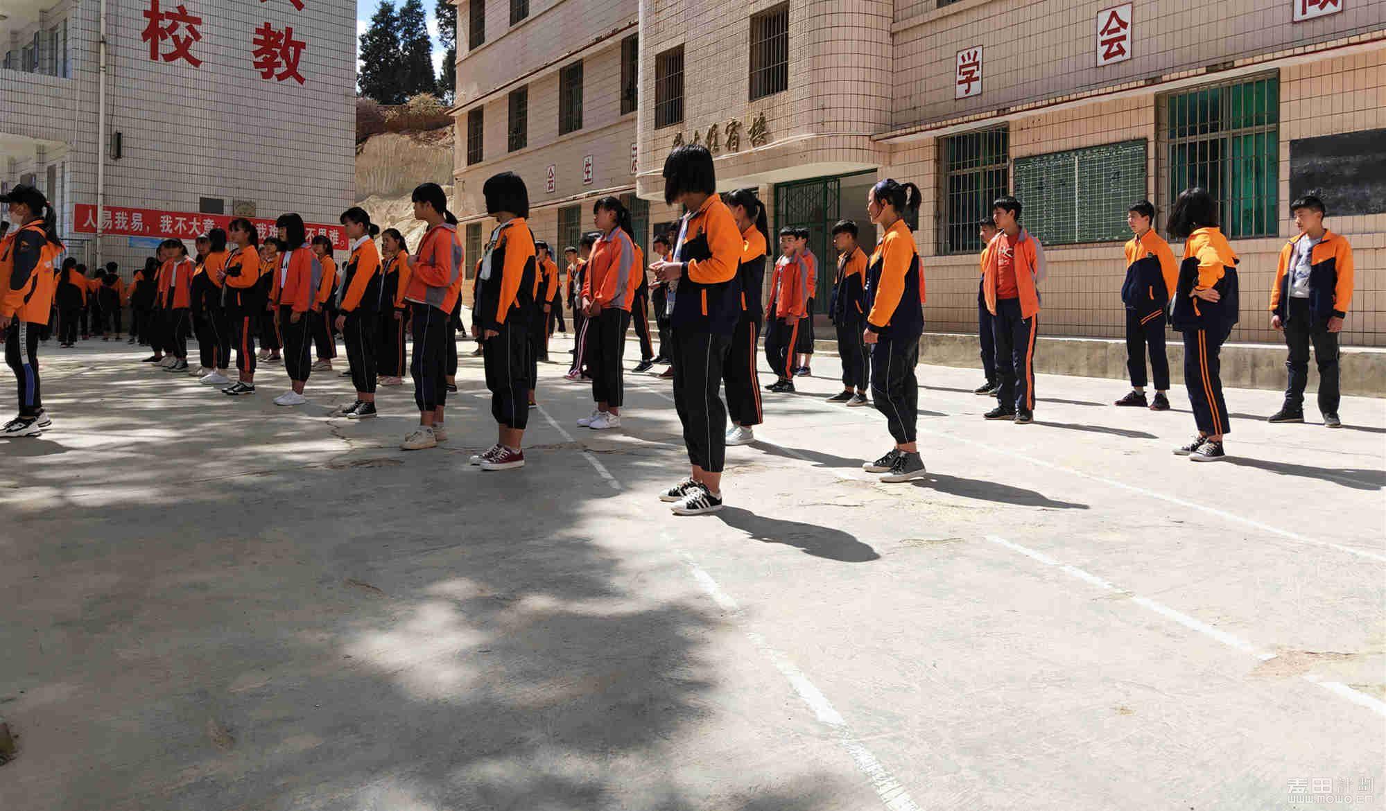 我们的两位志愿者舞蹈老师开始教孩子们跳舞,一个老师教一个班,轮流交换。 ...