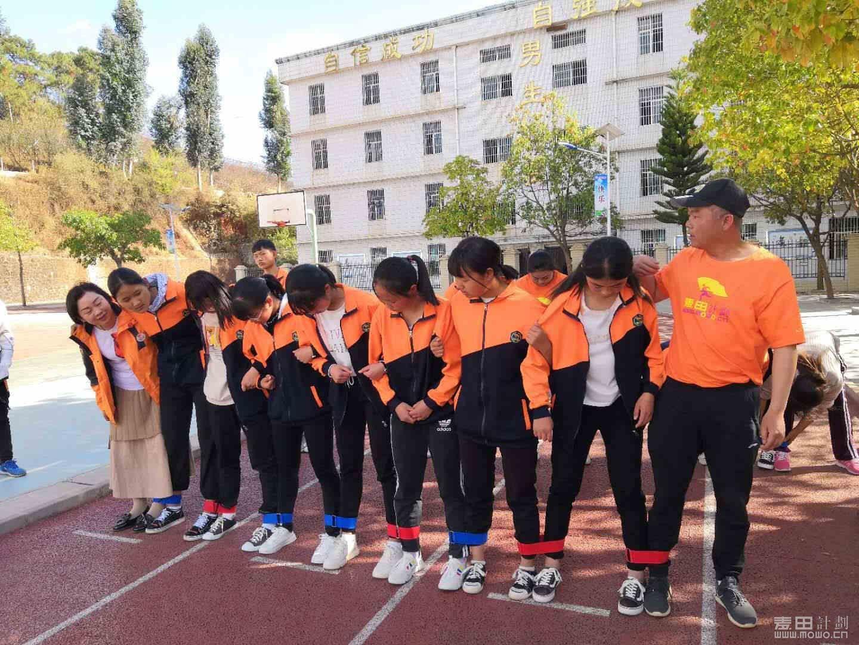 还教孩子们玩了一个游戏,巨人脚步扣带,锻炼大家团队的力量,相互团结起来能战胜任何困难 ...