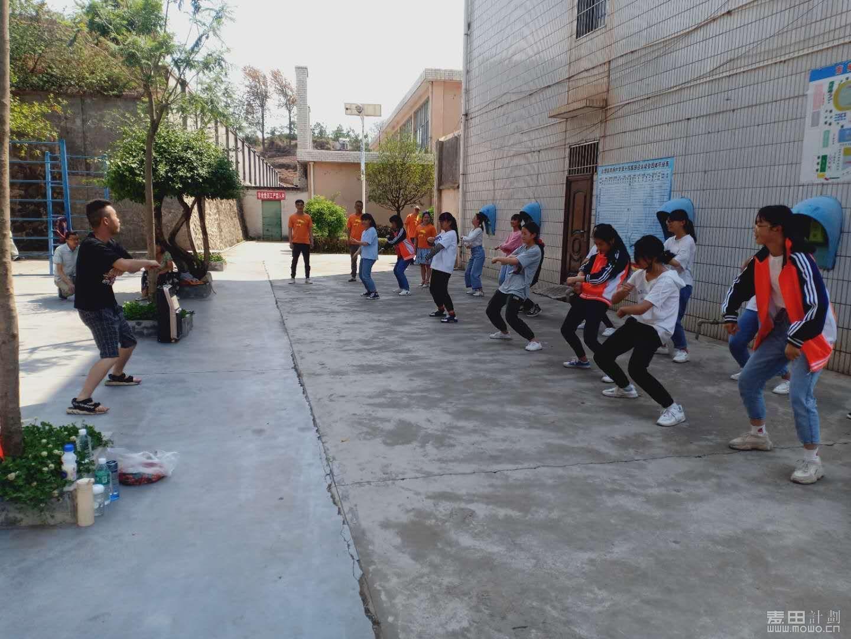 我们舞蹈老师教孩子们跳舞