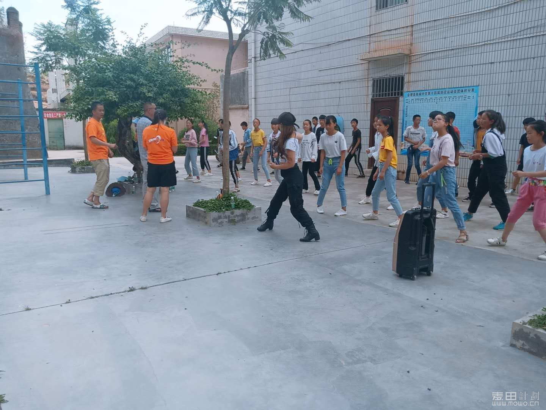 我们志愿者在教孩子们跳舞