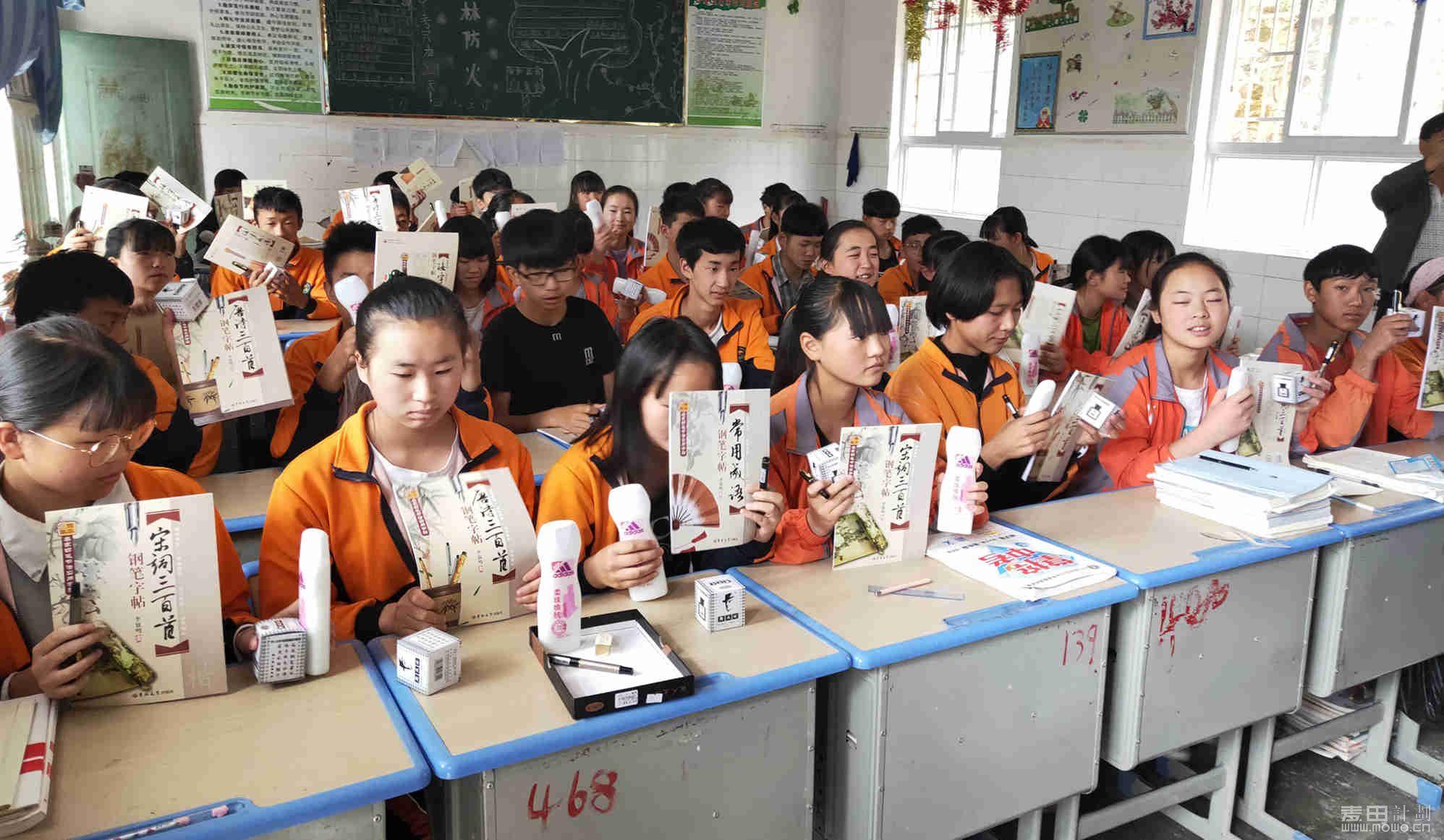 镇江麦苗班的孩子们也领到了物资。