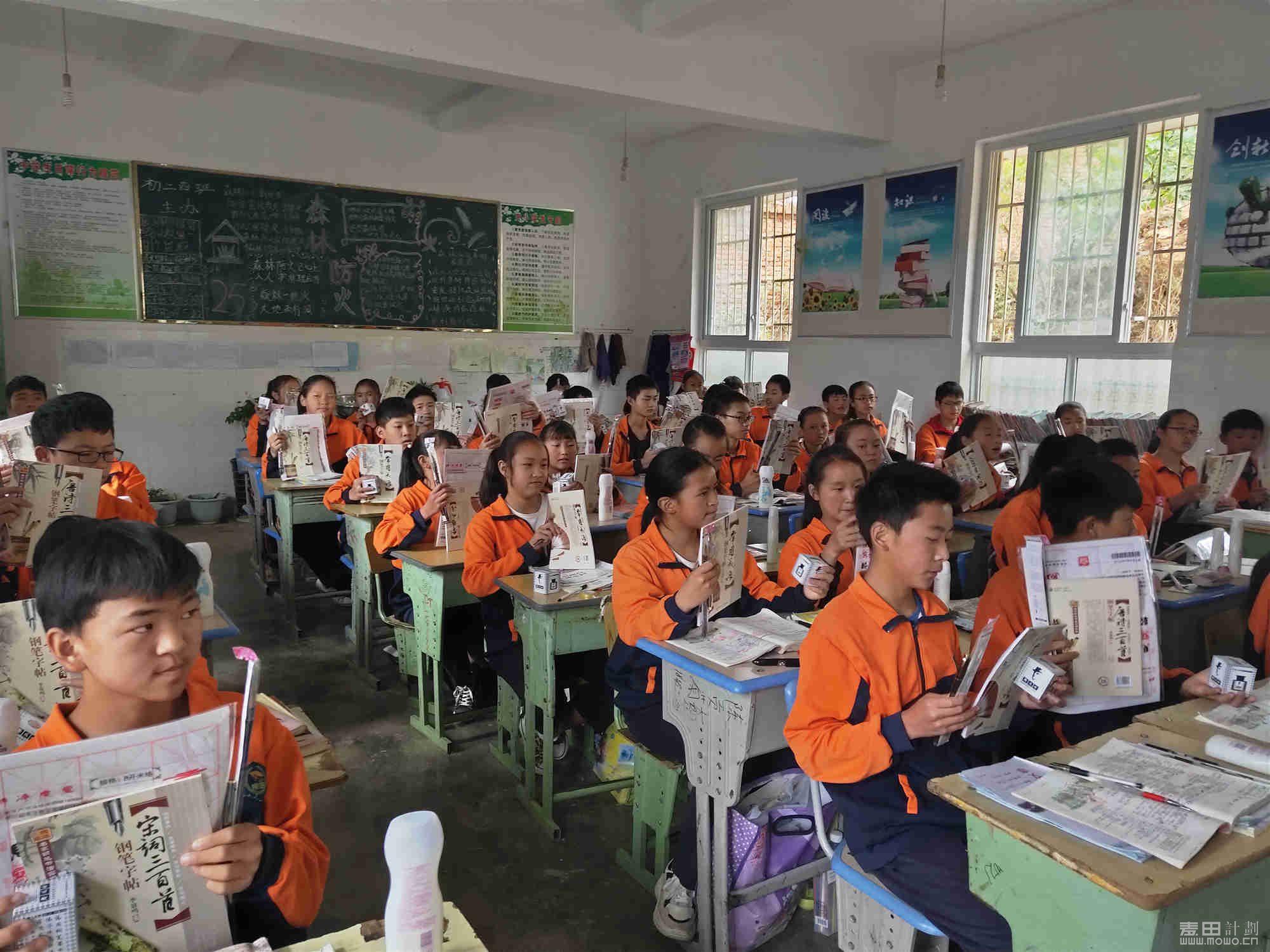 长安公益联盟班的孩子们领到了钢笔、毛笔、字帖,还有沐浴露
