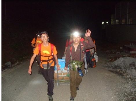 第一天晚上九点多,搬物资前往学校的路上。.jpg