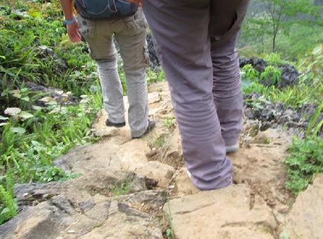 某童鞋的裤子被刮破了,幸好是两层的.jpg